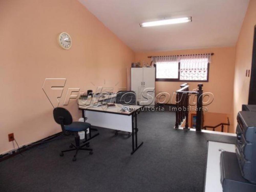 Casa ampla e em ótima localização! Possui 2 salas, box de vidro nos banheiros. Piso: frio, tábua e forração.