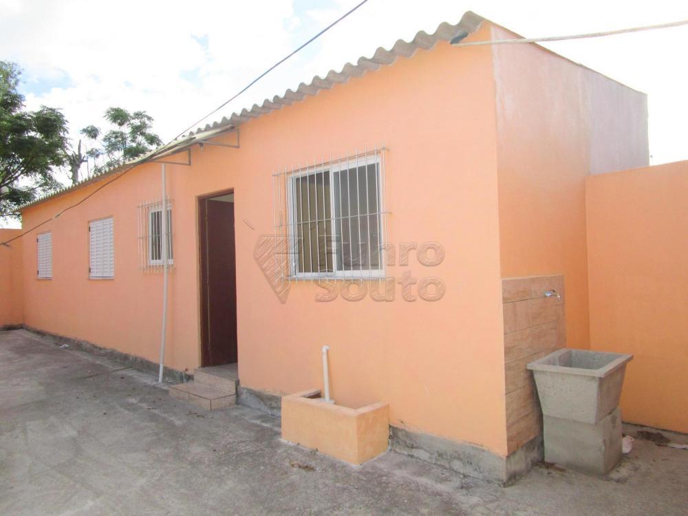 Alugar Casa / Padrão em Pelotas R$ 800,00 - Foto 1