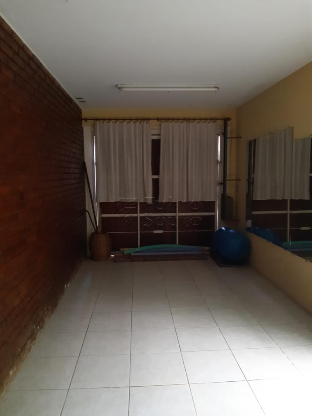 Casa térrea central 03 dormitórios, banheiro, cozinha, churrasqueira, sala com tábua corrida, dormitórios com laminado, terraço, toda gradeada, com garagem ,próxima a o clube brilhante.