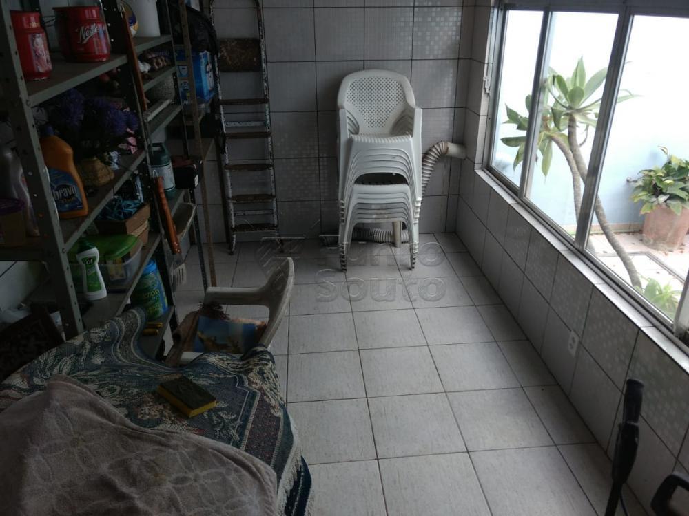 Amplo sobrado no centro/porto, desocupado, 03 dormitórios sendo 01 suíte, sala de estar, copa/ cozinha, lavanderia, banheiro social, garagem 02 carros, churrasqueira, terraço. Financia.
