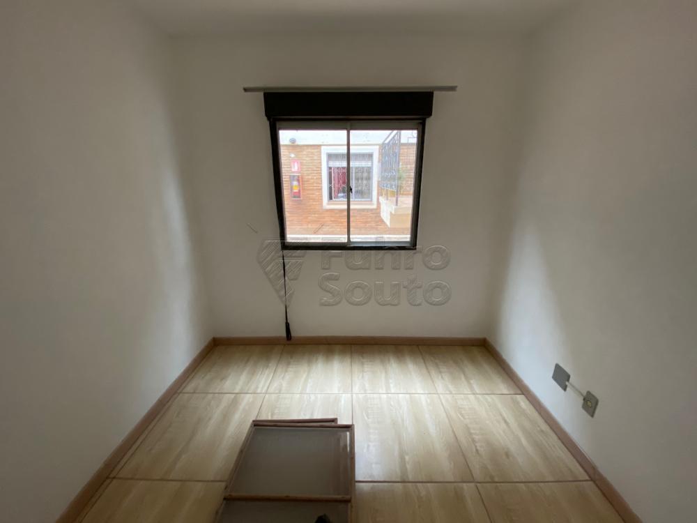 Apartamento Village IV térreo, desocupado, portaria 24h, estacionamento coberto, 2 dormitórios, sala, banheiro, cozinha, área de serviço.