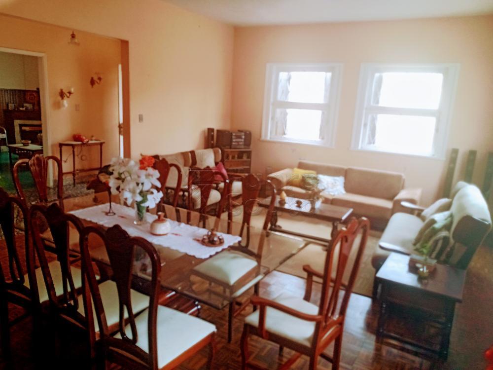 Excelente casa no centro, 03 dormitórios, dependência, amplo pátio, cozinha, sala de estar e jantar, peças amplas e , vaga para 4 carros excelente posição solar. Localização centralíssima.