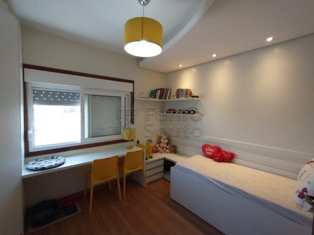 Belíssimo sobrado na Colina do Sol - 3 Dormitórios, sendo uma suíte, podendo transformar em dois dormitórios sendo uma suíte e closet; Sala de estar com lareira; Pátio com piscina e ótimo espaço Gourmet com churrasqueira. Garagem para 2 carros. Aceita financiamento