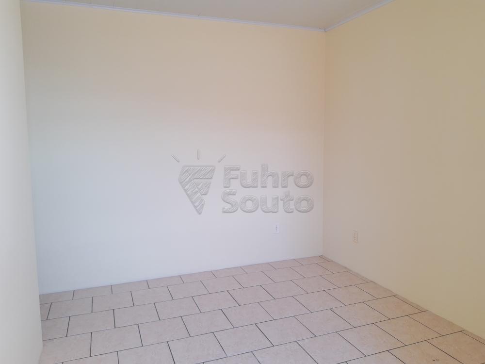 Alugar Apartamento / Fora de Condomínio em Pelotas R$ 700,00 - Foto 2