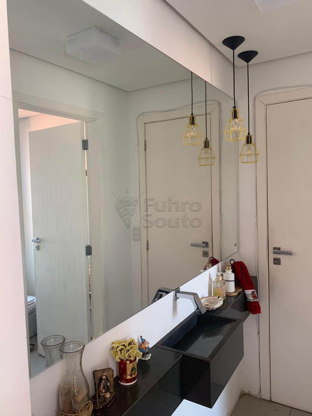 Excelente casa na Rua General Argolo centro Pelotas. Frente ,3 dormitórios,1 lavabo Fundos TODO REFORMADO, 1 dormitório, terraço, 1 lavabo, churrasqueira, lareira externa no terraço, garagem para 4 carros
