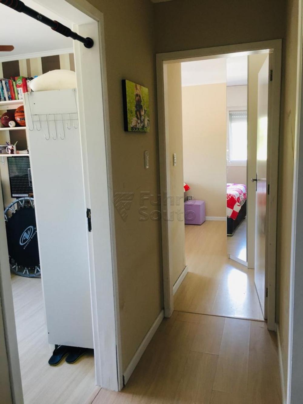 Apartamento térreo, em frente ao Mário Quintana. O imóvel conta com 2 dormitórios, sala com lareira, sacada fechada em vidro e churrasqueira, cozinha, banheiro social e vaga de garagem. Todo reformado, piso em porcelanato e flutuante e com móveis planejados.