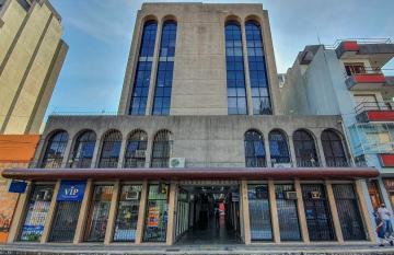 Sala Comercial - Prédio com elevador, portaria, central, desocupado com banheiro, frente norte. R$ 100.000,00