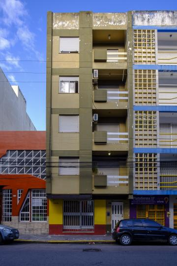 Apartamento kitinete localizado no centro da cidade.