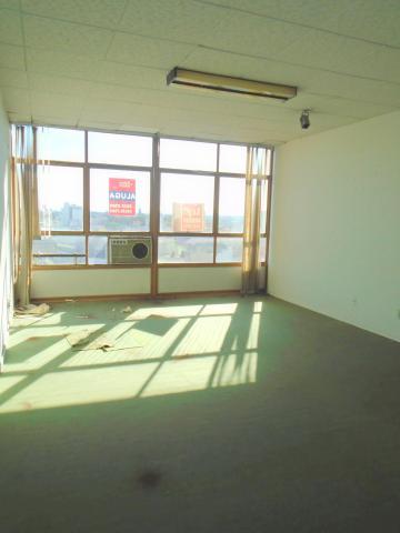 Sala comercial em ótima localização. Ampla, com piso forração.