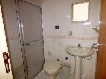 Kitinete com piso frio e forração, box acrílico no banheiro.