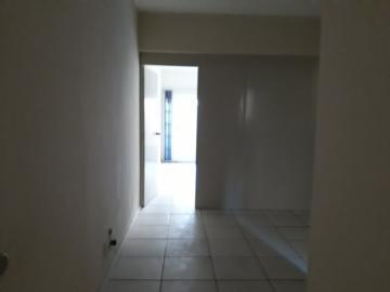 EXCELENTE SALA COMERCIAL CENTRAL: 01 banheiro, 02 salas e um terraço. Condomínio com zelador.
