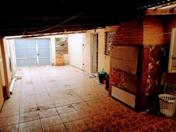 Casa com ótima posição solar, 02 dormitórios, pátio, sala de estar, cozinha, vaga para 02 carros e amplo espaço de churrasqueira.