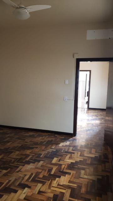 Ótima casa desocupada a 2 quadras da AV. Duque de Caxias, próximo ao supermercado Nicolini, 2 dormitórios, salaa, cozinha com churrasqueira, área de serviço, pátio e garagem para 1 carro. Aceita financiamento