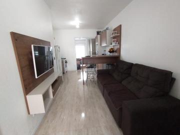 Moradas Pelotas 2- Casa de esquina com avanço, 2 dormitórios, sala de estar, cozinha americana,  banheiro social e pátio, excelente posição solar. Aceita financiamento.