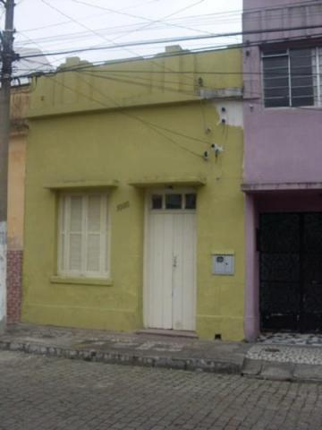 Alugar Casa / Padrão em Pelotas. apenas R$ 900,00