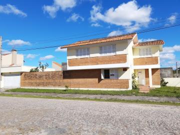 Alugar Casa / Padrão em Pelotas. apenas R$ 2.260,00