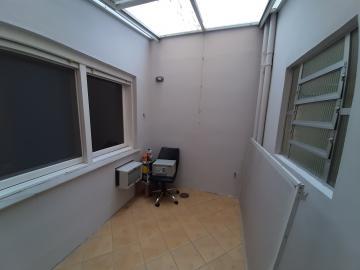 Térreo, 3 dormitórios, sendo 1 suíte, todos com ar split, sala 2 ambientes com lareira e split, cozinha planejada, jardim de inverno, sacada, ambientes amplos, ensolarados. 1 apartamento por andar, garagem privativa com portões automatizados. R$ 570.000,00