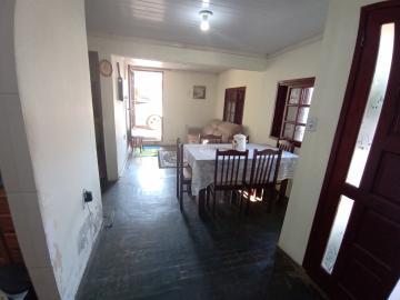 Pátio todo cimentado, casa 03 dormitórios, peças amplas, sala de estar e jantar, cozinha. Algumas reformas para fazer internas.