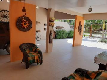 Belíssima Casa no Laranjal, esse imóvel conta com 211m² de área construída em um terreno de 690m², pátio muito amplo com piscina, 3 dormitórios sendo 1 suíte com hidromassagem, sala com lareira, área com churrasqueira, peças amplas e bem ensolaradas.