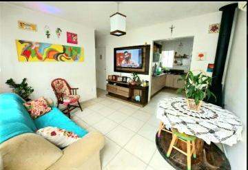 Casa com 3 dormitórios e demais dependências com lareira em condomínio fechado.