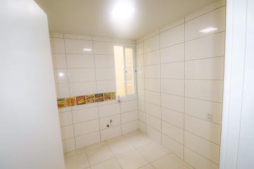 Apartamento reformado no 2° andar, com aberturas de alumínio, 3 dormitórios, 2 banheiros, sala, cozinha, lavanderia e área de serviço.