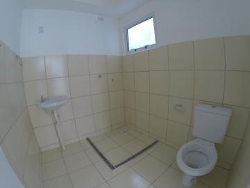 Apartamento no Residencial Jasmim, andar baixo, 02 dormitórios, sala, cozinha, banheiro social, vaga privativa.