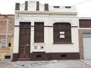 Alugar Casa / Padrão em Pelotas. apenas R$ 2.000,00